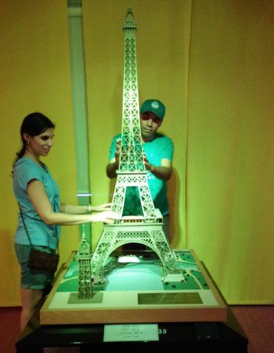 Réplica da Torre Eifel para ser tocada, também há de outros monumentos e cidades do mundo. Foto: Rumo a Madri